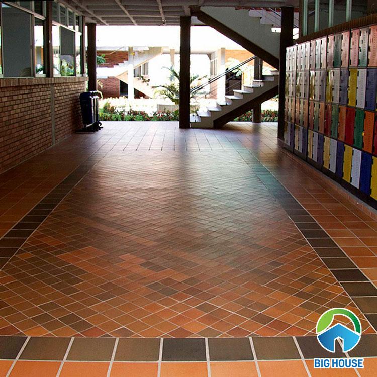 Ấn tượng với mẫu gạch gốm kích thước nhỏ (10x10cm) lát sân nhà