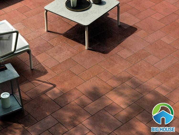 Kết hợp gạch gốm lát sân vườn: 20x20cm, 10x20cm, 10x10cm.