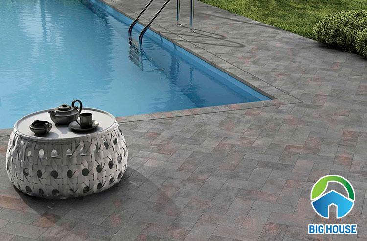 Gạch gốm lát kiểu rích rắc mang đến sự mới lạ và ấn tượng cho khu vực sân vườn