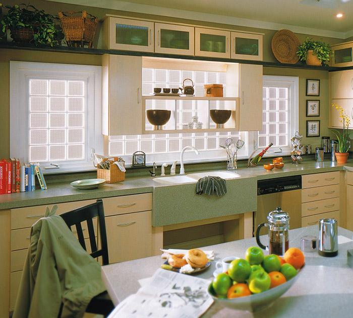 Kiểu gạch kính lấy sáng có bề mặt họa tiết chấm tròn để tạo điểm nhấn và giúp khuếch tán ánh sáng tự nhiên cho khu vực nhà bếp.