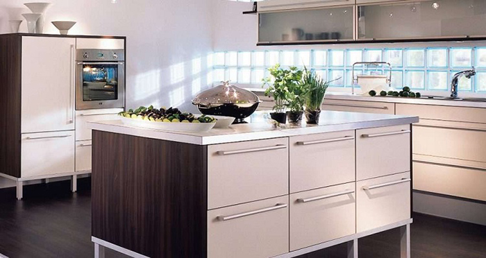 Gạch kính lấy sáng cũng có thể ốp toàn bộ phần Backsplash phía dưới tủ bếp. Dòng gạch này có đặc tính chống bám dính hoàn hảo. Do đó, mọi vết dầu mỡ, thức ăn bám trên tường bếp đều có thể được lau sạch dễ dàng.