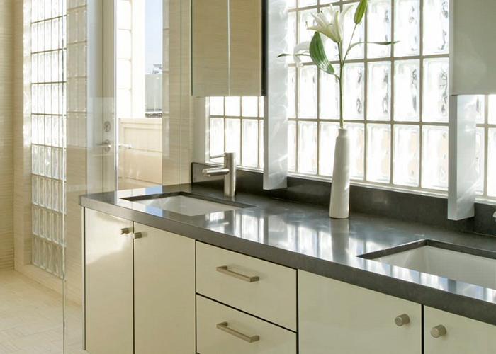 Ốp gạch kính cho phần tường bếp giúp lấy sáng, tăng tính thẩm mỹ cho phòng bếp. Những viên gạch kính sẽ biến đổi hoàn toàn căn bếp. Tạo cảm giác nhẹ nhàng, thông thoáng và mang đến vẻ đẹp hiện đại cho bếp.