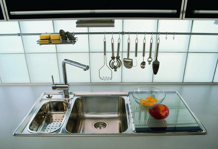 Gạch kính lấy sáng trơn cũng là lựa chọn của nhiều gia đình. Vừa giúp cho không gian bếp không bị thiếu sáng vừa dễ dàng vệ sinh, lau chùi.