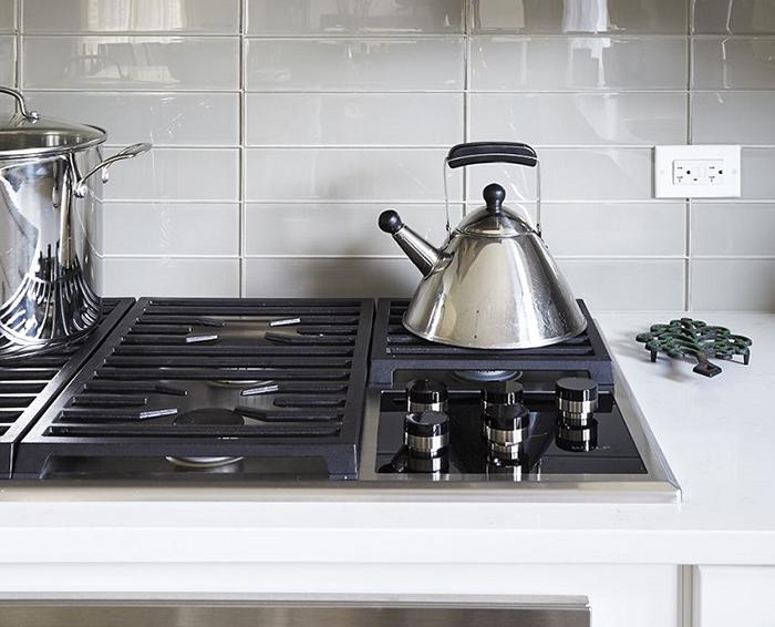 Gạch kính ốp bếp dạng thẻ có 2 cách ốp: cách ốp so le và ốp nối tiếp.Với cách ốp nối tiếp này, việc vệ sinh sẽ dễ dàng, nhanh chóng hơn cách ốp so le.