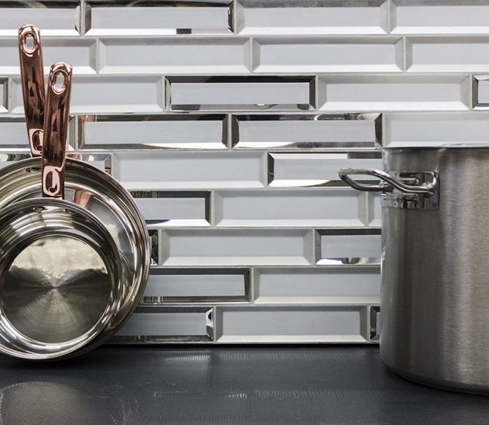Gạch kính màu trắng trơn có thể phối hợp với mọi phong cách thiết kế bếp từ cổ điển đến hiện đại.
