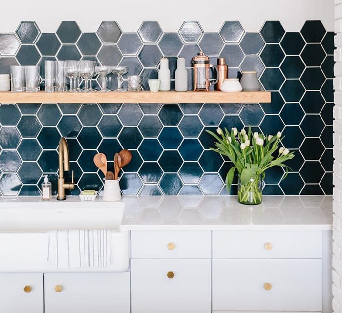 Nếu bếp nhà bạn sử dụng hệ thống tủ bếp màu trắng, bạn có thể sử dụng mẫu gạch Mosaic lục giác màu xanh da trời đậm này. Giúp cho không gian bếp trở nên ấn tượng, nổi bật hơn.