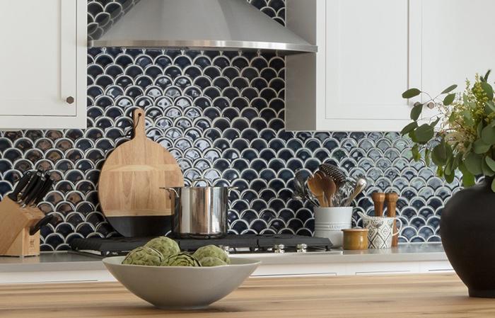 Vỉ gạch mosaic vảy cá cũng rất được ưa chuộng trong trang trí tường bếp. Tông màu đen mang đến vẻ đẹp ấn tượng, sang trọng.