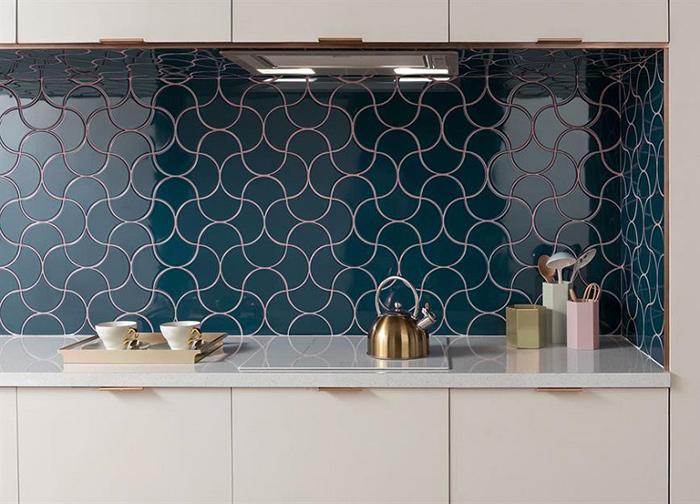Các viên gạch mosaic màu xanh dương được sắp xếp khéo léo với nhau, để đường ron gạch liên kết lại. Do đó bức tường trông giống như một mê cung không hồi kết.