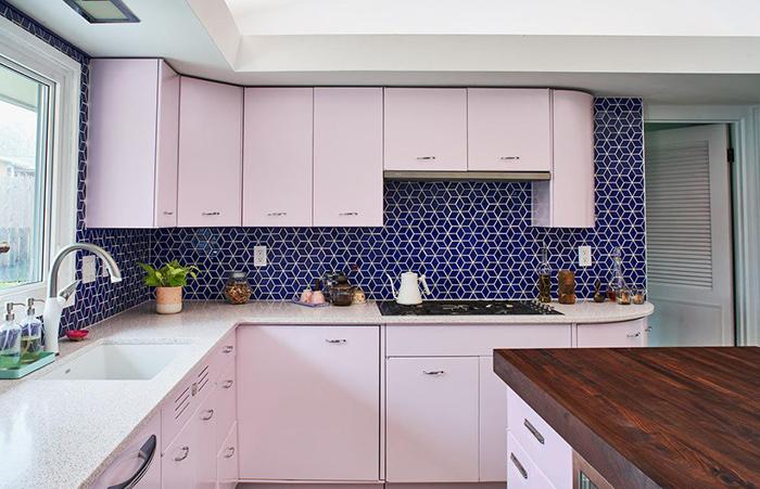 Gạch mosaic tam giác màu xanh nước biển kết hợp tủ bếp màu trắng mang đến điểm nhấn cho không gian