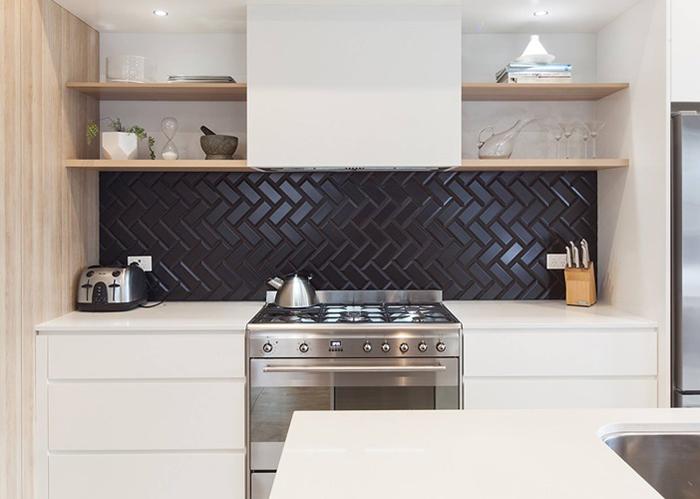 Không gian sử dụng gạch thẻ ốp tường màu đên kết hợp tủ bát màu trắng mang lại sự tối giản mà vô cùng sang trọng cho không gian