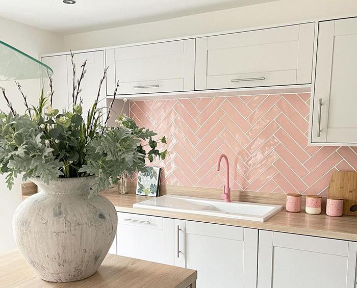 Gạch thẻ màu hồng sẽ để lại ấn tượng mạnh cho căn bếp của bạn. Cùng với bề mặt bóng dễ dàng lau chùi vệ sinh, sẽ không lo vết bẩn dễ lộ trên gam màu này