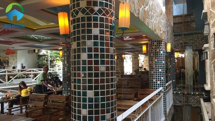 Gạch mosaic có thể được sử dụng để ốp cho cột tròn cực thuận tiện và cũng mang lại giá trị thẩm mỹ cao
