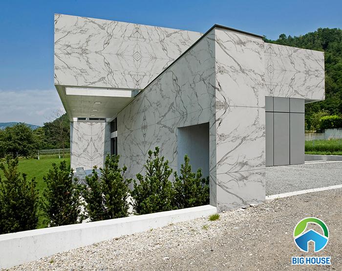 Gạch vân đá hiện được sản xuất với kích thước lớn: 100x100, 60x120, 80x120cm.... Tạo sự sang trọng và hiện đại như khi dùng đá ốp tường.