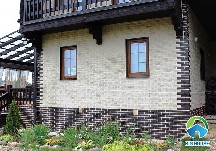 Sử dụng 2 mẫu gạch thẻ ốp tường tạo sự độc đáo, ấn tượng.