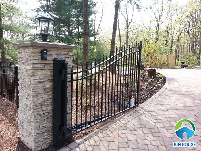 Với những cổng không có mái che thì cần lựa chọn gạch chất liệu tốt như gạch sermi porcelain hoặc granite
