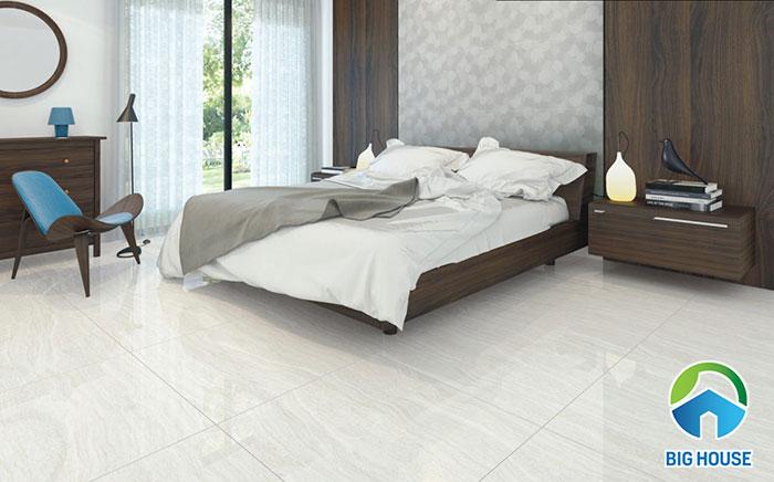 Gạch vân đá travertine với bề mặt men bóng giúp không gian phòng ngủ trở nên trộng rãi hơn
