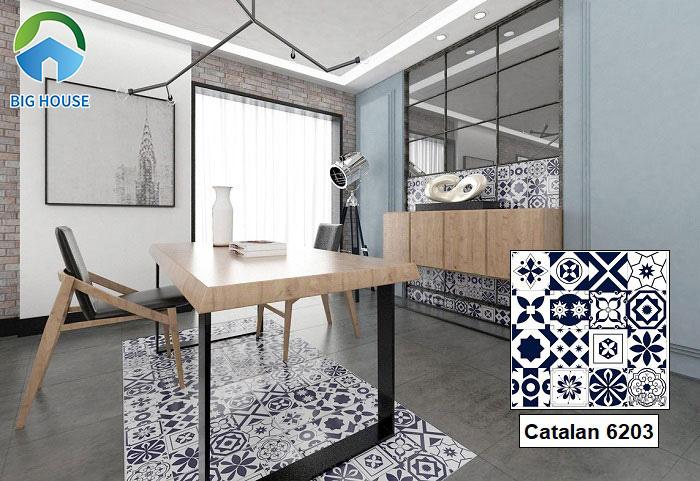 Gạch Catalan 6203 sở hữu kích thước 60x60 với hai gam màu trắng xanh dương. Tuy màu sắc đơn giản nhưng họa tiết ấn tượng giúp cuốn hút ánh nhìn người đối diện.
